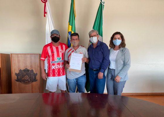 Firmado convênio para treinamento de crianças carentes na escolinha de futebol Paranaibana