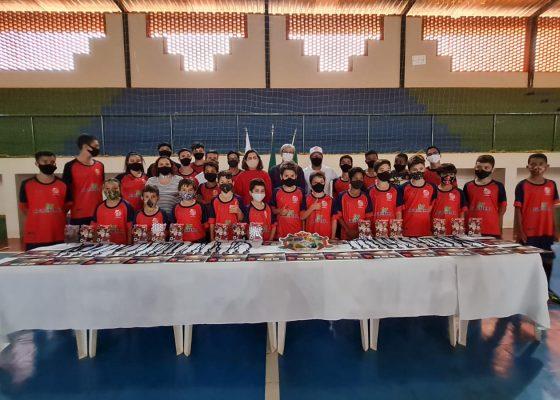 Crianças que participaram do primeiro desafio virtual de embaixadinha recebem premiação